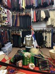 Fein säuberlich sind die Trachtenkleider des Rorschacher Tanzvereins nach Region sortiert. (Bild: Alexandra Pavlovic)