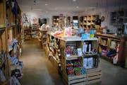 Blick in einen Laden gemäss dem «'s Fachl»-Konzept in Österreich: Kleinstproduzenten können sich mit ihren Angeboten in die bis zu 300 Obstkisten pro Geschäft einmieten. (Bild: PD)