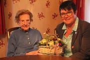 Die Erstfelder Gemeindepräsidentin Pia Tresch gratuliert der ältesten Urnerin, Martha Furrer-Omlin. (Bild: Paul Gwerder, Erstfeld, 23. Juni 2019)