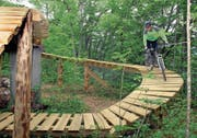 Der Parkbauer und ehemalige Mountainbiker Janes Grasic testet die Bike-Arena vor der Eröffnung. (Bild: Oliver Mattmann, Emmetten, 28. Mai 2009)