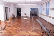 Die Vernissage im Rathaus für Kultur war gut besucht. Der Ausstellungsraum soll zukünftig zur Hälfte zum Atelier werden. (Bild: Sascha Erni)