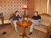 Robert Tibbo (r.) mit Edward Snowden in Moskau. (Bild: NY Jennifer, 26. Juli 2016)