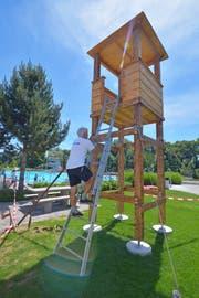Roberto Cantelli klettert vorläufig noch über die Leiter auf den Turm. (Bild: Mario Testa)