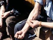 """Drogensüchtiger setzet sich einen Heroin-""""Schuss». (Bild: KEYSTONE/STR)"""