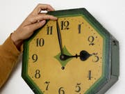 In Europa und Nordamerika wird derzeit über die Abschaffung der Zeitumstellung diskutiert. (Bild: KEYSTONE/CHRISTIAN BEUTLER)