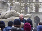 Hans Fässler mit Teilnehmerinnen und Teilnehmern einer Führung vor dem Soldatendenkmal im Kantonsschulpark. (Bild: PD)