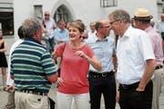 Bundesrätin Simonetta Sommaruga im Gespräch mit dem damaligen Obwaldner Regierungsrat Franz Enderli und einem Besucher in Sarnen. (Bild: Roger Zbinden, 7. Juli 2017)