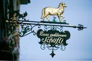 Das Wirtshausschild des «Goldenen Schäfli» in der St.Galler Metzgergasse. (Bild: Reto Martin - 29. September 2009)