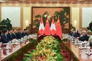 Die chinesische und Schweizer Delegation um Xi Jinping und Ueli Maurer vor der Unterzeichnung der Absichtserklärung in der Grossen Halle des Volkes in Peking. (Bild: Madoka Ikegami/Keystone, 29. April 2019)