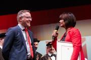 Nach der Ehrenbürgerurkunde, überreicht von Gemeindepräsident Jürg Berlinger, gibts nun auch die versprochene Ruhebank für Doris Leuthard. (Bild: Jakob Ineichen, Sarnen, 7. Mai 2019)