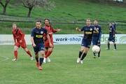 René Kuhn (links) und Labinot Musaj vom FC Bazenheid bekommen es in der nächsten Saison erneut mit den in ganz in Blau spielenden Akteuren des FC Amriswil zu tun. Beide Vereine gehören in der 2. Liga Interregional der Gruppe 6 an. (Bild: Beat Lanzendorfer)