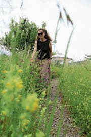 Astrid Gebert ist glücklich über ihre Magerwiese. (Bild: Andrea Weibel)