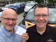Thomas Schwager (links mit Fahrausweis) und sein «geduldiger Fahrlehrer» Daniel Koster. (Bild: PD)