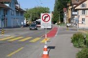 Verkehrssignale und zusätzliche Wegweiser an der Abzweigung der Rechenwald- aus der Zürcher Strasse. (Bild: Reto Voneschen - 24. Juni 2019)