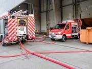Mehrere Dutzend Feuerwehrleute und Polizisten standen wegen des Brandes in Vendlincourt JU im Einsatz. (Bild: KEYSTONE/BERUFSFEUERWEHR BERN)