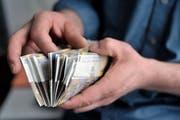 Betrüger, die sich als Polizisten ausgaben, haben einer Rentnerin in St.Gallen mehrere 10'000 Franken abgenommen. Bei einer weiteren Geldübergabe wurde einer der falschen Polizisten festgenommen. (Symbolbild: Urs Jaudas - 9. März 2009)
