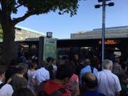 Viele Pendler warten am Bahnhof Luzern vor einem Ersatzbus. (Bild: Leserbild, 26. Juni 2019)