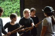 Gesslers Schergen halten die Leute aus Uri in Schach. Szene aus den Proben der Primarschule Ergaten. (Bild: Mathias Frei)