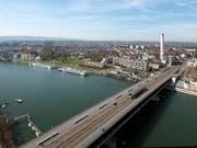 Bei der Basler Dreirosenbrücke ist am Mittwochabend ein Mann im Rhein verschwunden. (Bild: KEYSTONE/GEORGIOS KEFALAS)