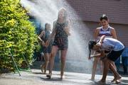 Einmal Abkühlen bitte! Die beiden Duschen vor dem Dorfschulhaus werden bereits rege benützt. (Bilder: Dominik Wunderli, Buchrain 26. Juni 2019)