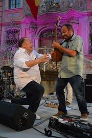 Nonverbale Kommunikation zwischen dem Sänger und dem Gitarristen.