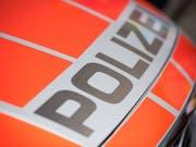In Amriswil TG ist ein Grosseinsatz der Polizei im Gang, nachdem sich ein bewaffneter Mann in einer Wohnung verschanzt hat. Nach einem Beziehungsdelikt konnte das Opfer unverletzt flüchten. (Bild: KEYSTONE/URS FLUEELER)