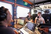 Fabian Britschgi (Mitte) und Carolin Amstutz bei der Aufnahme im Radiobus. (Bild: Manuela Jans-Koch (Giswil, 26. Juni 2019))