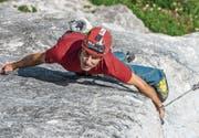 Kraftakt: Der St.Galler Kletterlehrer Fabio Lupo kraxelt eine Felswand im Alpsteingebiet hoch. (Bild: Andreas Butz)
