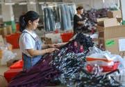 Die Zunahme der Importrestriktionen geht laut der WTO hauptsächlich auf Interventionen von China und den USA zurück: Textilarbeiterin in einer Fabrik in der südostchinesischen Provinz Fujian. (Bild: AP, 14. Mai 2019)