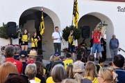 Auch Gemeindepräsident Bruno Seelos (am Mikrofon) gratulierte. (Bild: pd)