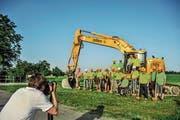 Edelweiss-Mitarbeiter posieren in der Morgensonne für das Erinnerungsbild an den Spatenstich. (Bilder: Olaf Kühne)