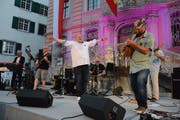 Mario Borelli und die fünf Musiker seiner Band auf der Rathausbühne. (Bilder: Georg Stelzner)