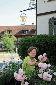 Die Rosen vor dem Ochsen pflegt Vreni Schmid selber. (Bild: Amy Douglas)