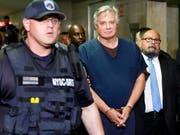 Der frühere Wahlkampfmanager von US-Präsident Donald Trump, Paul Manafort (Mitte), auf dem Weg in den Gerichtssaal. (Bild: KEYSTONE/EPA/JUSTIN LANE)