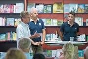 Thomas Renggli, Harry Knüssel und Rolf Huser (von links) diskutieren zum Thema Schwingsport. (Bild: Maria Schmid (Zug, 26. Juni 2019))