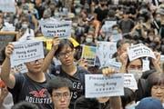 «Befreit bitte Hongkong»: Demonstranten versammelten sich am Mittwoch vor dem US-Konsulat in Hongkong. Bild: Kin Cheung/AP
