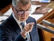Hat einen Misstrauensantrag im Parlament nach fast 17-stündigem Redemarathon abgewehrt: Tschechiens Ministerpräsident Andrej Babis. (Bild: KEYSTONE/EPA/MARTIN DIVISEK)