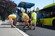 Die Strassenbauer trotzen der Hitze beim Belagseinbau in Trübbach. (Bilder: Corinne Hanselmann)