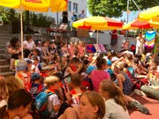 Mit Sonnenschirmen gegen die Sommerhitze: Die Einweihung des Anbaus war ganz auf die Bedürfnisse der Kindergärtler und Primarschüler ausgerichtet.