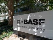 Der Chemiekonzern BASF soll profitabler werden. Dem Sparprogramm fallen weltweit rund 6'000 Jobs zum Opfer. (Bild: KEYSTONE/GEORGIOS KEFALAS)