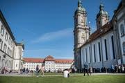 Die Rasenflächen auf dem Klosterplatz sind an schönen Tagen ein wichtiger Treffpunkt für St.Gallerinnen und St.Galler. Aufgrund der Würde des Unesco-Weltkulturerbes ist aber genau geregelt, was hier verboten ist. (Bild: Adriana Ortiz Cardozo - 1. April 2019)