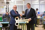 Ruedi Künzli (links) übergibt symbolisch den «Wärchbrogg-Schlüssel» dem neuen Präsidenten Donald Locher. (Bild: PD)