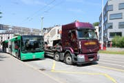 Lastwagen gegen Linienbus in der Haltestelle Stahl. (Bilder: Stadtpolizei St.Gallen - 26. Juni 2019)