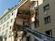 Nach einem Hauseinsturz in Wien haben die Sicherheitskräfte bereits Todesopfer gefunden. (Bild: KEYSTONE/APA/APA/KEVIN HOFMANN)
