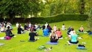 Ein Angebot von St.Gallen erwacht: Frühmorgendliches Yoga auf der Liegewiese im Familien- und Frauenbad auf Dreilinden. (Bild: PD)