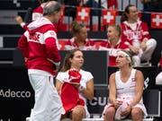 Für das Schweizer Fed-Cup-Team mit Captain Heinz Günthardt (links) kann die Zielsetzung nur Budapest heissen (Bild: KEYSTONE/ANTHONY ANEX)