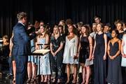 Die Feier begann mit einer gesanglichen Darbietung der Absolventinnen und Absolventen. (Bild: Christian H. Hildebrand, Menzingen, 27. Juni 2019)