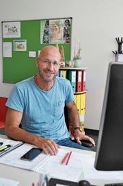 Christian Rufer fühlt sich wohl im Büro des Schulratspräsidenten von Ebnat-Kappel. (Bild: Sabine Camedda)