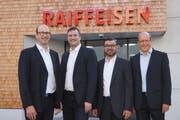 Von links: Niklaus Annen, Leiter Backoffice, Thomas Schneider, neuer Leiter Vertrieb, Bruno Bissig, der aus der Bankleitung austritt und Theo Arnold, Vorsitzender der Bankleitung der Raiffeisenbank Schächental. (Bild: PD)