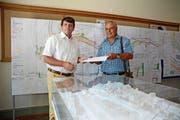 Gemeindeschreiber Thomas Baumgartner nimmt die von Martin Schraner gesammelten Unterschriften entgegen. (Bild: Karin Erni)